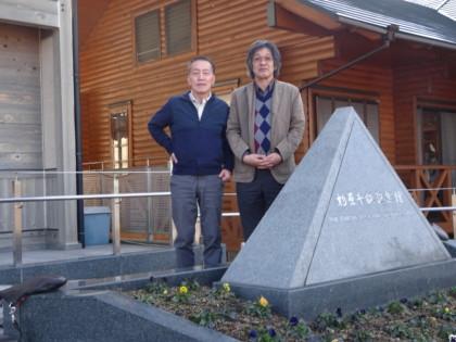 取材を終え国枝館長と記念碑の前で